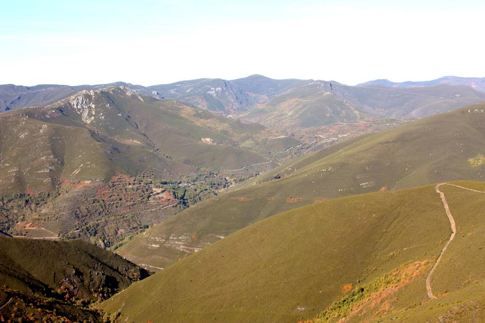 Valle del río Soldón y montañas de la Sierra de Caurel