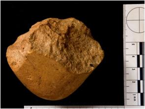 Herramienta lítica en cuarcitga encontrada en A Gándara Cha. A Ermida